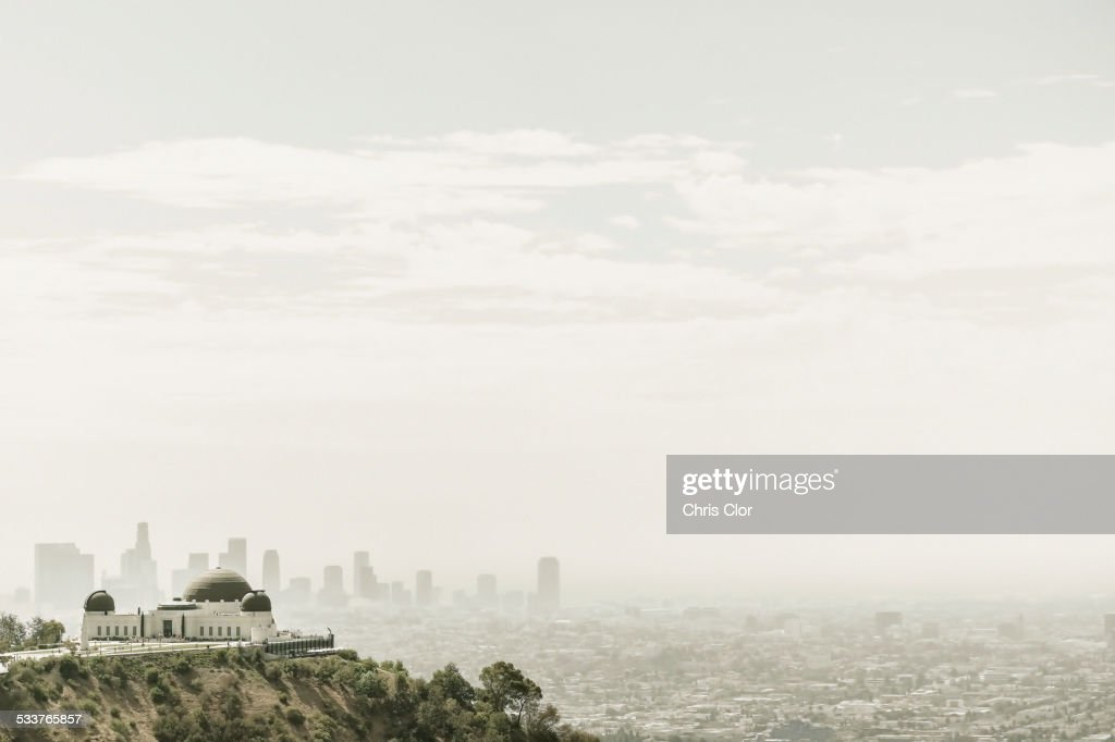Observatory and city skyline in hazy sky, Los Angeles, California, United States : Foto stock