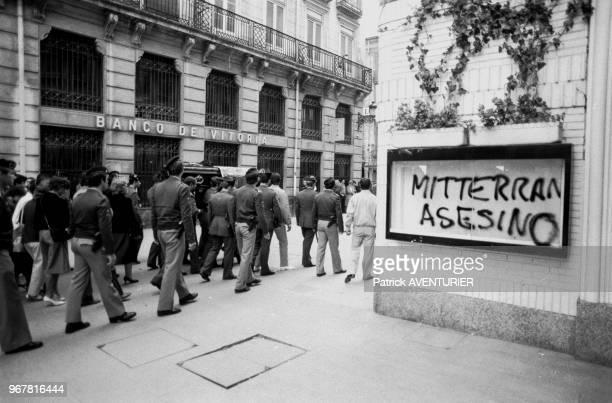 Obsèques de trois gardes civils tués dans un attentat de l'ETA avec à droite un graffiti 'Mitterrand assassin' le 28 septembre 1984 à Vitoria Espagne
