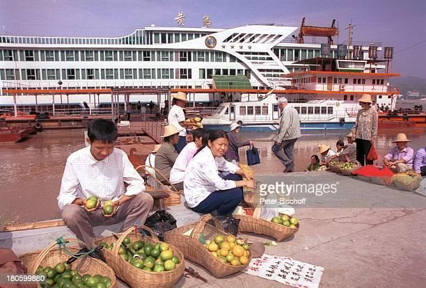 Obsthändler Yangtzekiang China Asien Reise Flusskreuzfahrt Fluss Flüsse Schiff Boot PassagierSchiff Anleger