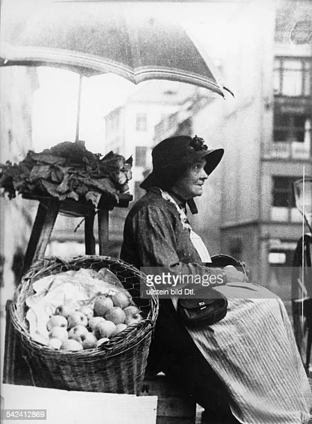 Obstverkäuferin am Gendarmenmarkterschienen 1952