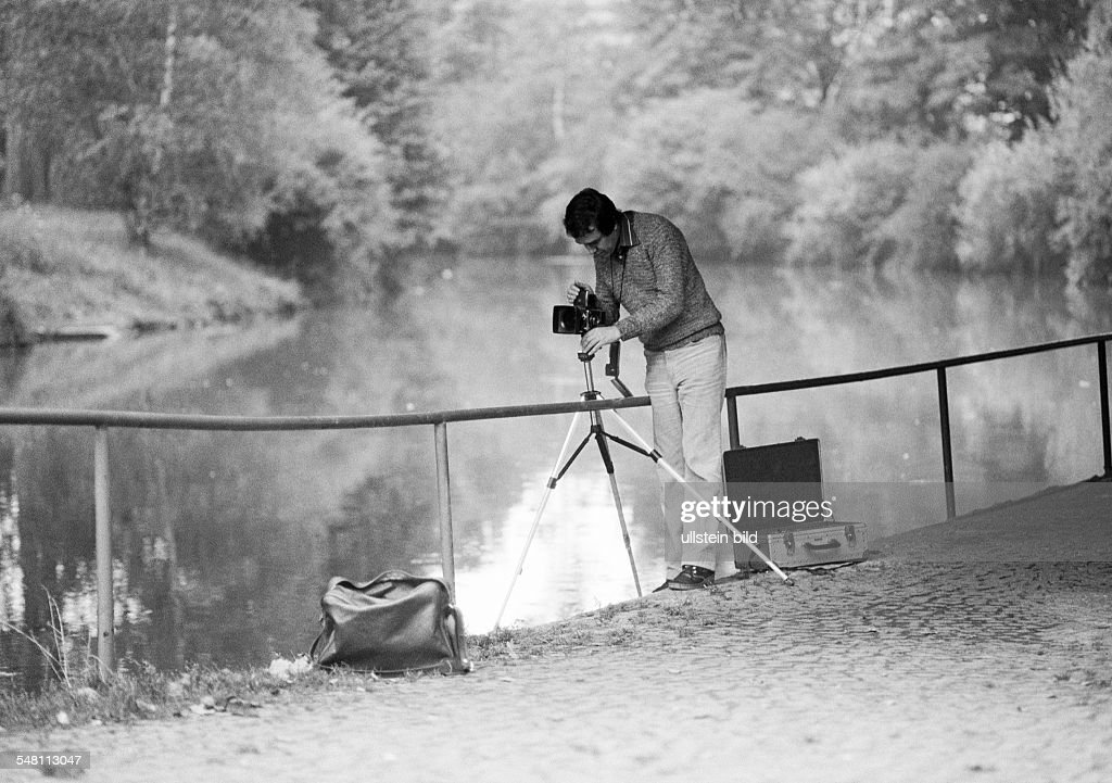 occupation, professional photographer at work, camera, tripod, camera holdall, landscape, lake, aged 30 to 40 years, Werner, D-Amberg, Vils, Upper Palatinate, Bavaria - 15.09.1981 : News Photo