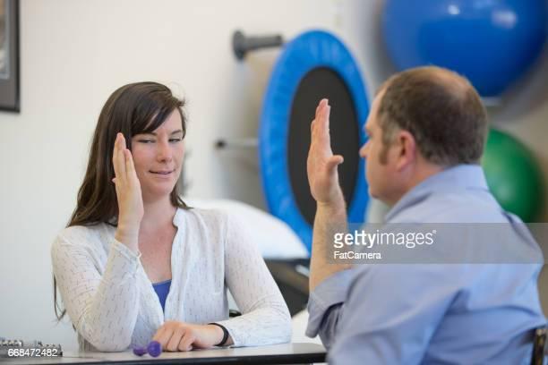 Ergotherapeutin, die Arbeit mit Patienten auf Auge-Hand-Koordination