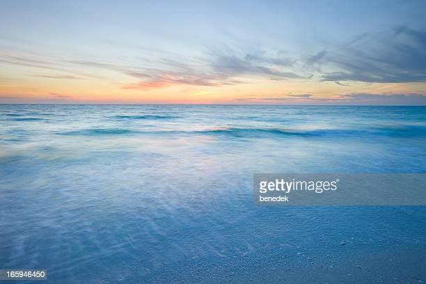 ocean praia ao pôr-do-sol - colorido pastel - fotografias e filmes do acervo