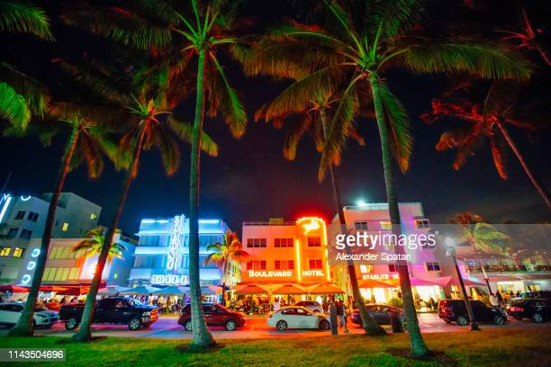 ocean drive and art deco district in south beach, miami at night, florida, usa - miami foto e immagini stock
