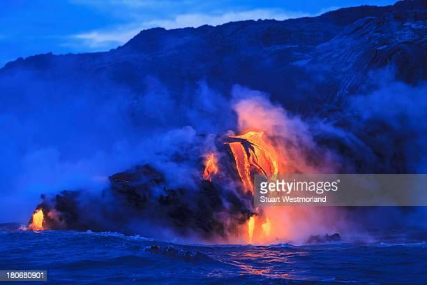 ocean front lava - vulcano attivo foto e immagini stock