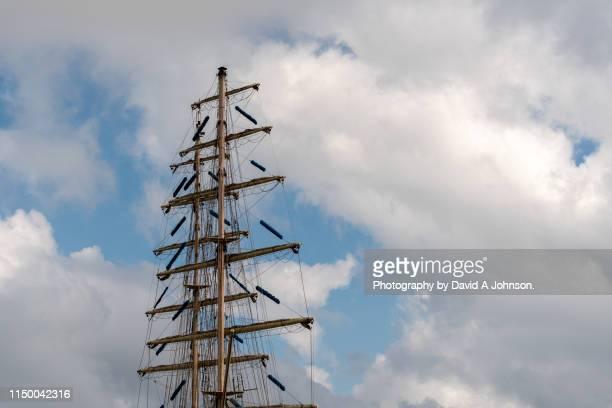 ocean going yachr masts-st-malo. - tuig mast stockfoto's en -beelden
