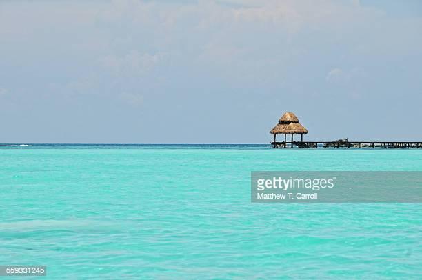 ocean hut - mujeres fotos stock-fotos und bilder