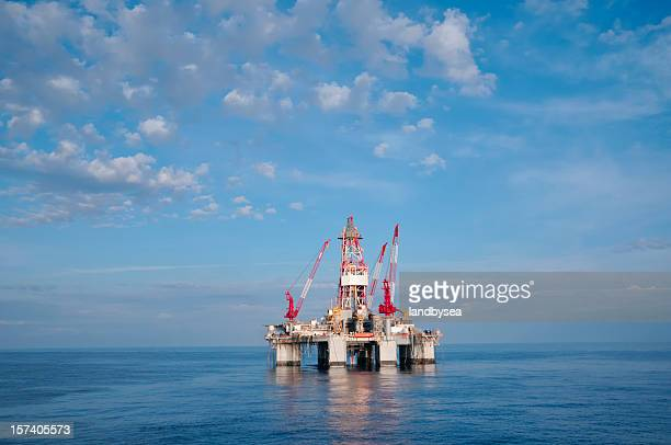 Ocean oil drilling Plattform und sky