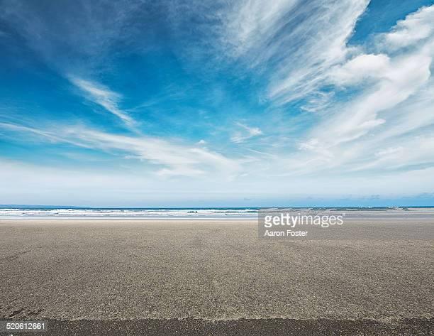 ocean parking lot - horizont über wasser stock-fotos und bilder