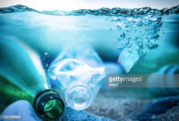 ocean plastic pollution - plastikmaterial stock-fotos und bilder