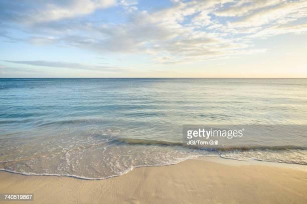 ocean wave on beach - orizzonte sull'acqua foto e immagini stock