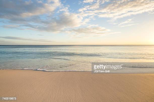 ocean wave on beach - avondschemering stockfoto's en -beelden