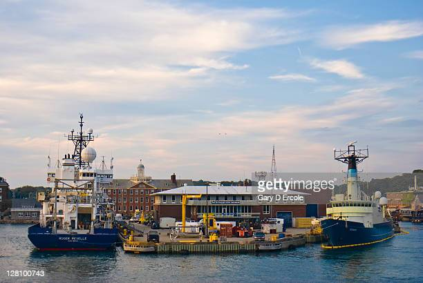 oceanagraphic ships in port in woods hole, cape cod, ma - ファルマス ストックフォトと画像