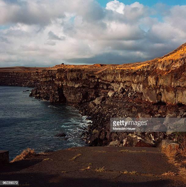 oceanside cliffs, naalehu, hawaii - hawaii inselgruppe stock-fotos und bilder