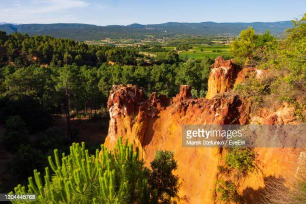 ochre mines in rousillon village in provence - marek stefunko stock pictures, royalty-free photos & images