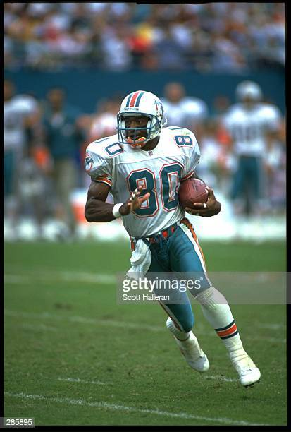 MIAMI DOLPHINS WIDE RECEIVER IRVING FRYAR RUNS WITH THE FOOTBALL DURING THE DOLPHINS 30-10 WIN OVER THE KANSAS CITY CHIEFS AT JOE ROBBIE STADIUM IN...