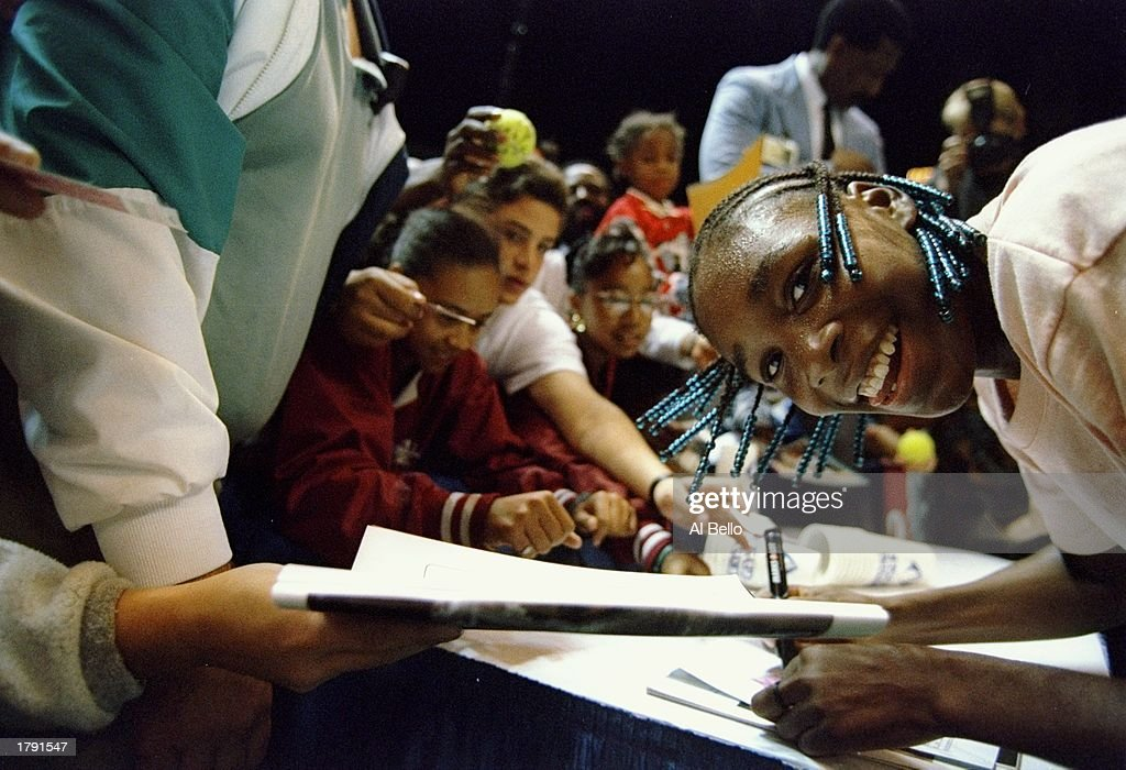 Venus Williams signs autographs at the Bank of the West.