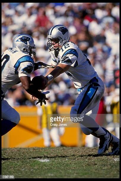 CAROLINA QUARTERBACK KERRY COLLINS TURNS TO HAND-OFF TO RUNNING BACK HOWARD GRIFFITH DURING THE PANTHERS 20-3 VICTORY OVER THE NEW ORLEANS SAINTS AT...