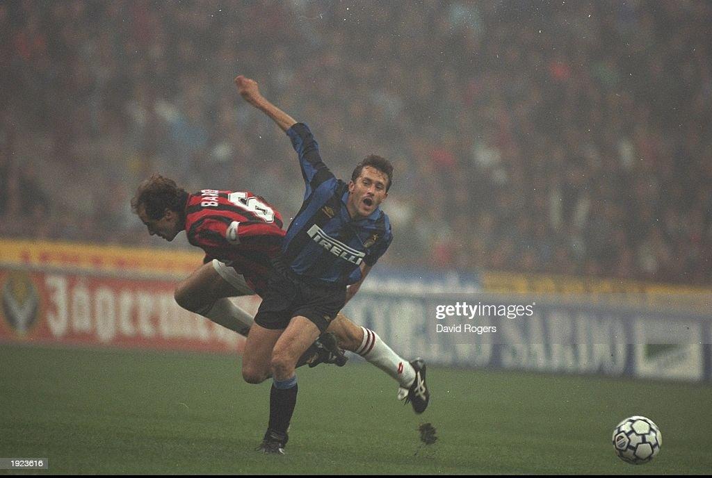 Franco Baresi of AC Milan and Maurizio Ganz of Inter Milan : News Photo