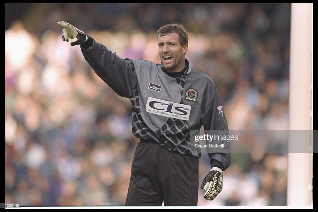Tim Flowers of Blackburn Rovers orchestrates his defence : News Photo