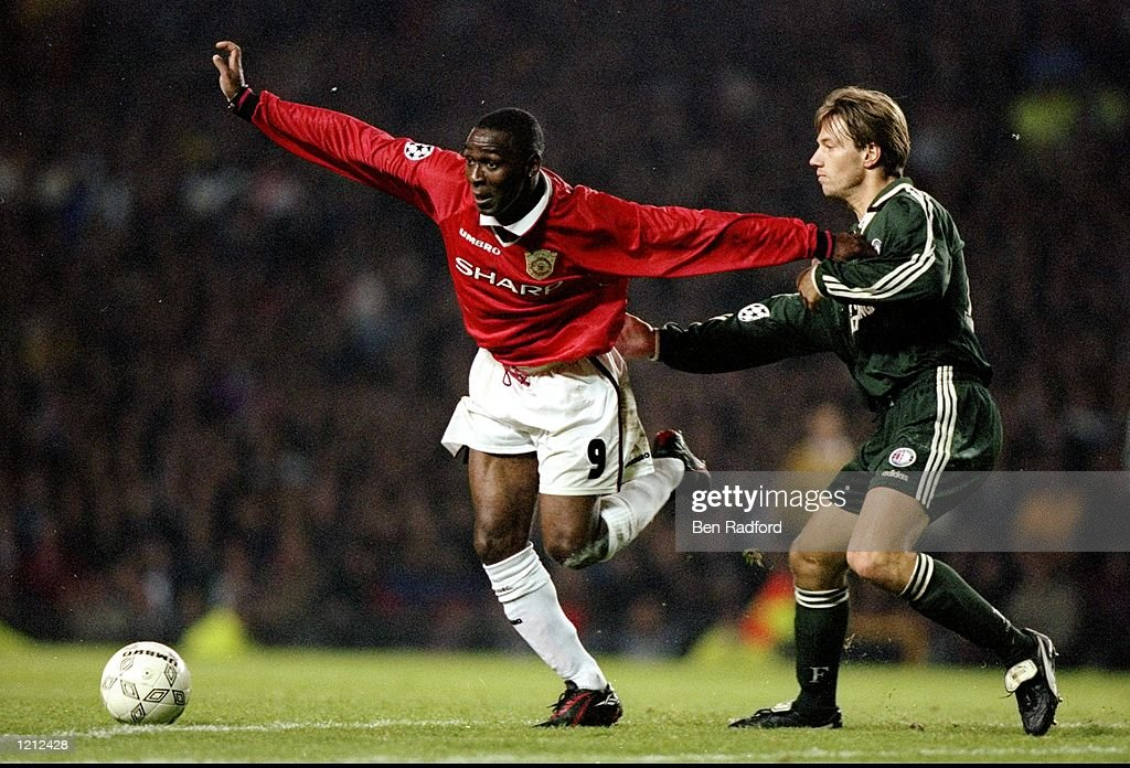 Andy Cole of Manchester United and Bernard Schuiteman of Feyenoord : News Photo