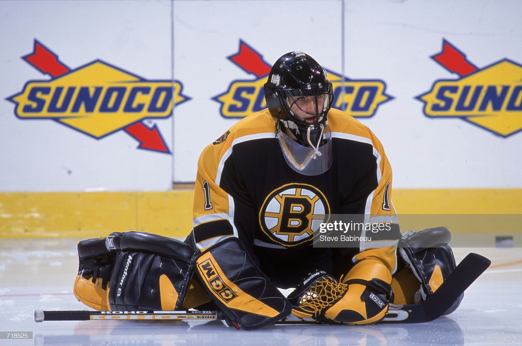 oct-2000-goalie-andrew-raycroft-of-the-b