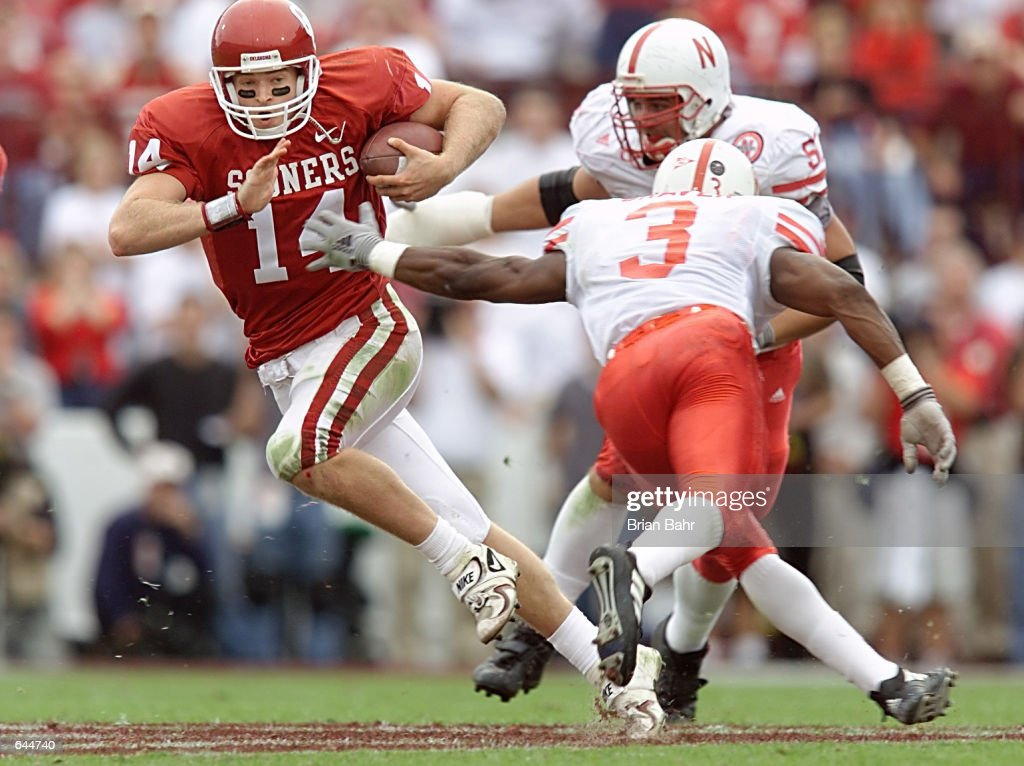 Quarterback Josh Heupel of the Oklahoma Sooners runs past ...