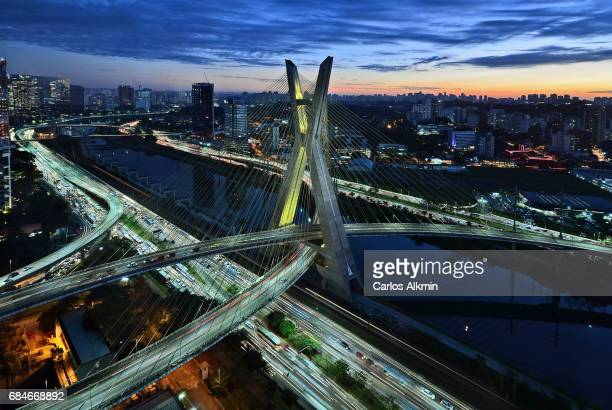octavio frias de oliveira bridge at dusk - sao paulo, brazil - brasil stock pictures, royalty-free photos & images