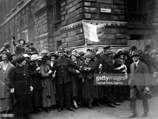 Crowds, restrained by police, cheer delegates outside the gates at Downing Street, London, during treaty negotiations between representatives of Sinn...