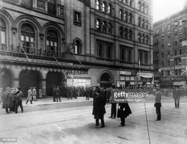 The street outside the Metropolitan Opera House, New York.