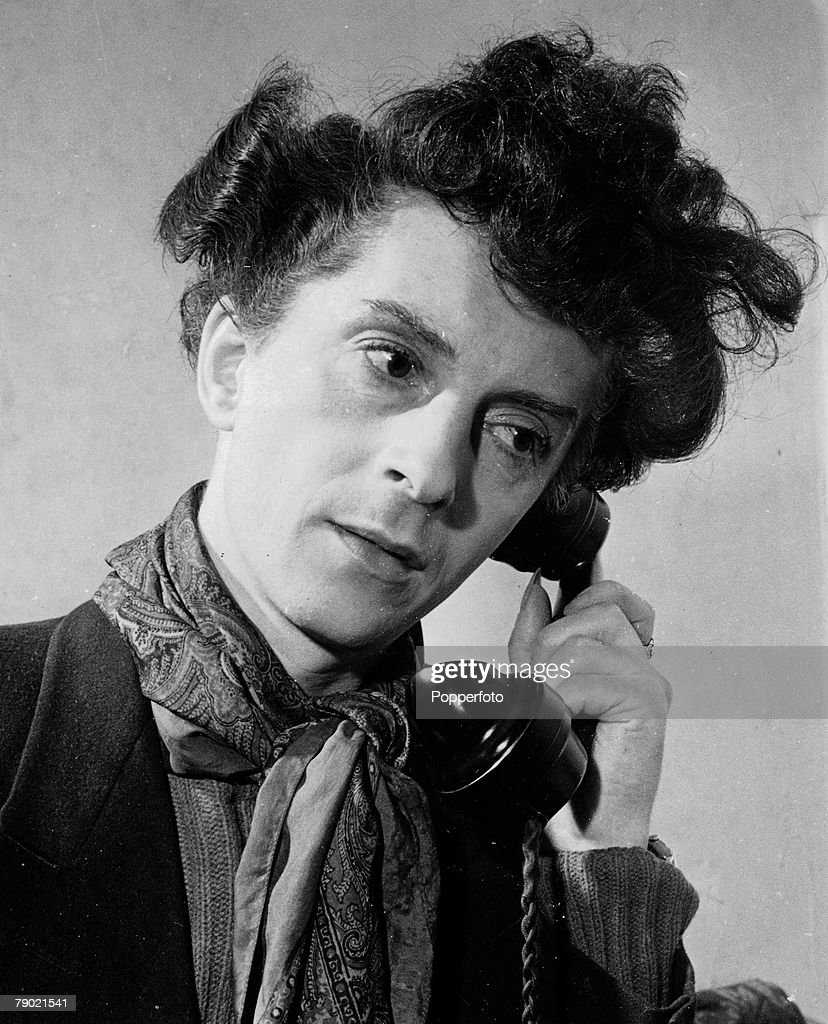 October 1948. A portrait of English author, artist and actor Quentin Crisp talking on the telephone. : News Photo