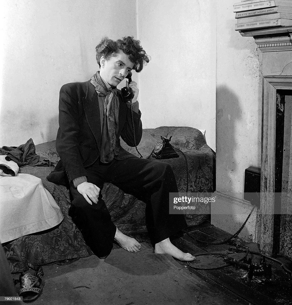 October 1948. English author, actor and artist Quentin Crisp in his scruffy Chelsea flat. : News Photo