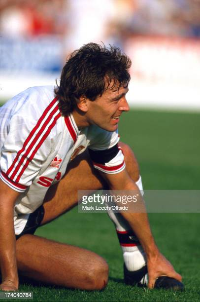 04 October 1986 Football League Division One Nottingham Forest v Manchester United Bryan Robson holds his injured foot
