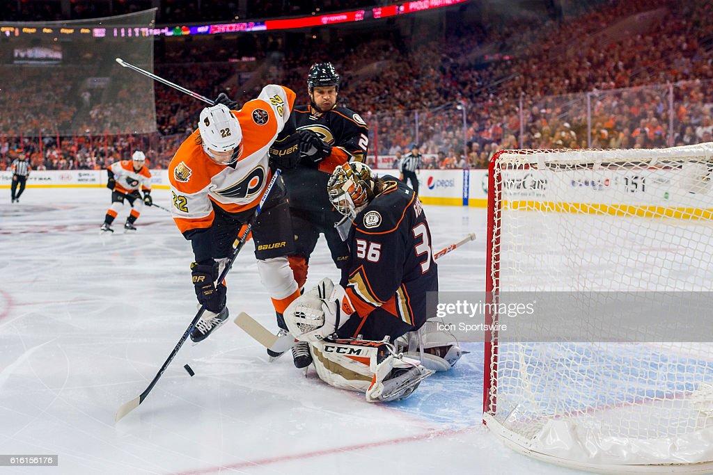 NHL: OCT 20 Ducks at Flyers : News Photo