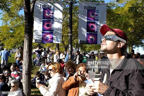 03 October 2005 Planetarium Madrid Spain People observing the Sun anular eclipse