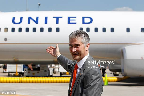Jeff Smisek CEO of United Continental Holdings Inc points to a Boeing Company 737924 extended range jet bearing United Airlines livery and the...