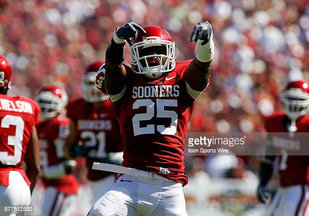 Oklahoma Sooners Corey Nelson reacts after a defensive stop during the first half of Oklahoma Sooners vs. Texas Longhorns in the 2010 Red River...