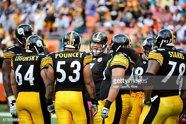 Pittsburgh Steelers Quarterback Ben Roethlisberger talks to Pittsburgh Steelers Center Doug Legursky Pittsburgh Steelers Center Maurkice Pouncey...