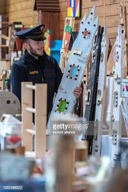 October 2018, Bavaria, Straubing: A prison officer in the correctional facility is faced with woodwork. At the weekend, works of art created by...