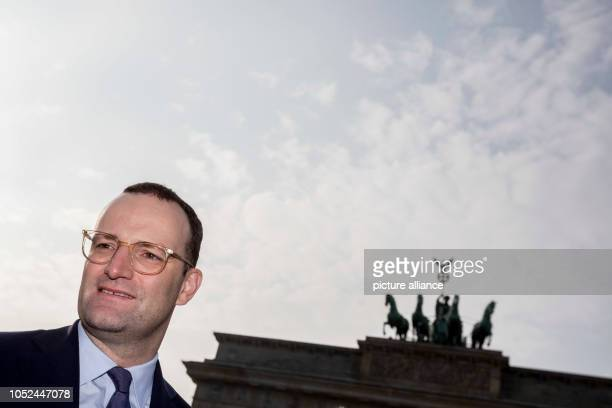 October 2018, Berlin: Jens Spahn , Federal Minister of Health, is standing in front of the Brandenburg Gate at the meeting of 15 wish-wagons of the...