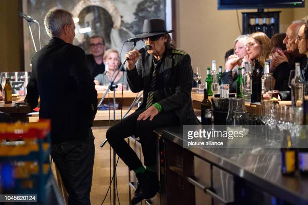 October 2018, Berlin: Udo Lindenberg , singer, and Thomas Hüetlin , journalist and author, speak to the guests at the Berlin Bar Freundschaft....
