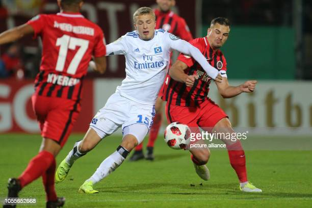 October 2018, Hessen, Wiesbaden: Soccer: DFB Cup, SV Wehen Wiesbaden - Hamburger SV, 2nd round in the Brita Arena. Hamburg's Jann-Fiete Arp holds the...
