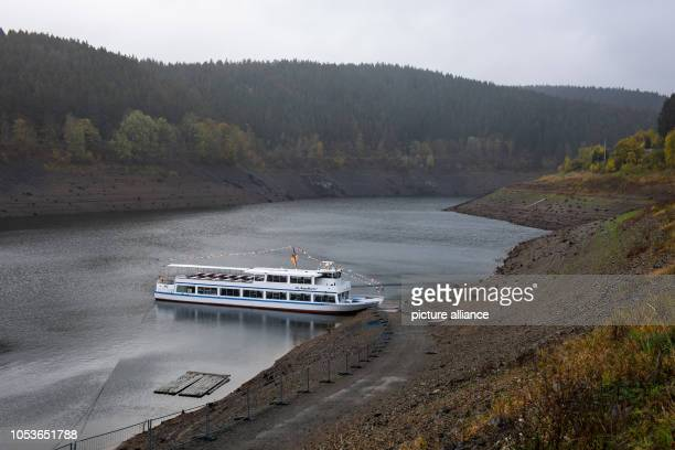 """October 2018, Lower Saxony, Altenau: The tourist ship """"MS AquaMarin"""" can be seen in the low tide of the Okertalsperre in the Harz mountains. The dam..."""