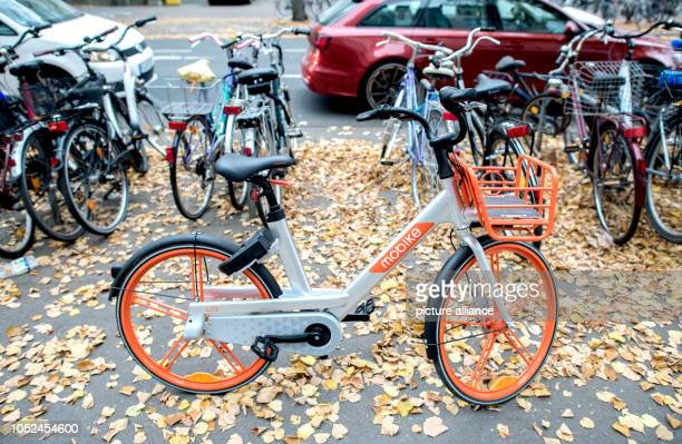 October 2018, Lower Saxony, Hanover: A rental bicycle from Mobike stands on a bicycle path in the Südstadt. Since the beginning of September 2018,...