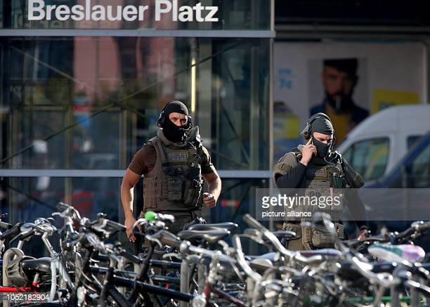 15 October 2018 North RhineWestphalia Cologne Police officers have taken up position in front of Cologne Central Station There has been a hostage...