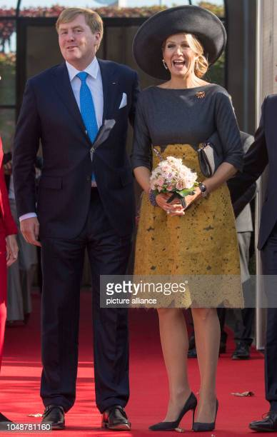 10 October 2018 RhinelandPalatinate Mainz WillemAlexander King of the Netherlands and Queen Maxima stand before the State Chancellery The royal...