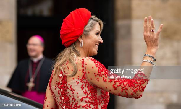 11 October 2018 RhinelandPalatinate Trier Queen Maxima of the Netherlands waves to onlookers in the cathedral courtyard Stephan Ackermann bishop of...