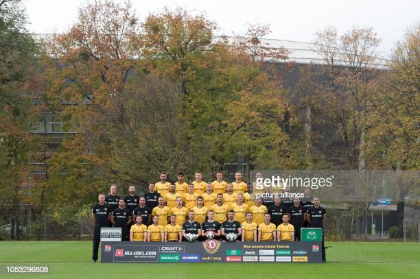 Football 2nd Bundesliga photo shoot SG Dynamo Dresden for the season 2018/19 on the training ground in the Great Garden Back row Niklas Kreuzer Osman...