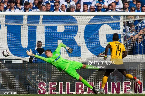 06 October 2018 SaxonyAnhalt Magdeburg Soccer 2nd Bundesliga 1st FC Magdeburg vs Dynamo Dresden 9th matchday in the MDCCArena Magdeburg goalkeeper...