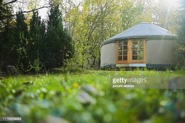 October 2019, Bavaria, Mehlmeisel: The community house in Tiny House Village has the shape of a yurt. In Mehlmeisel in the Fichtelgebirge there is...